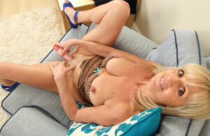 Brit gilf Dolly faux-cocks her..