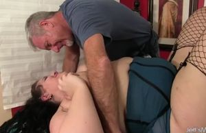 Expert massagist makes bbw becki..